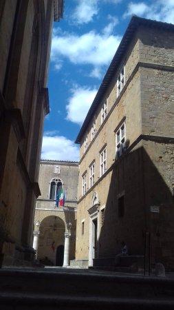 Pienza, Italy: Veduta dal vicolo a fianco del duomo