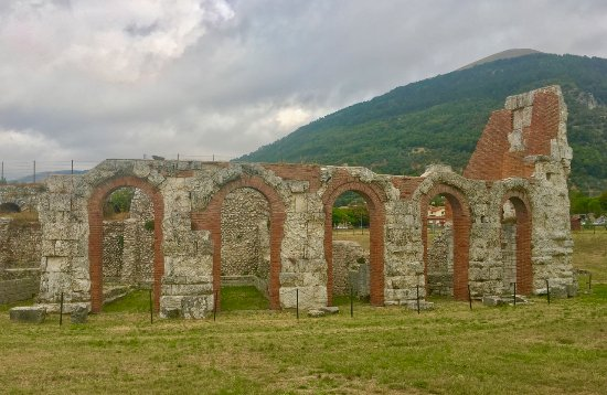 Gubbio, Italia: Perimeter was with arched entrances