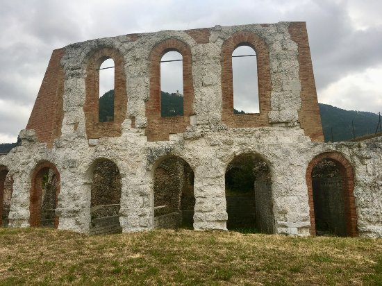 Gubbio, Italia: A second floor arched openings