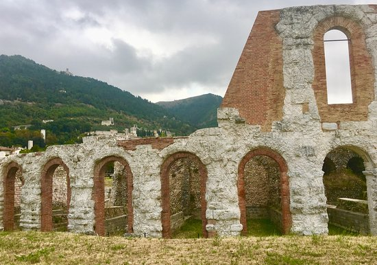 Gubbio, Italia: More on the right side