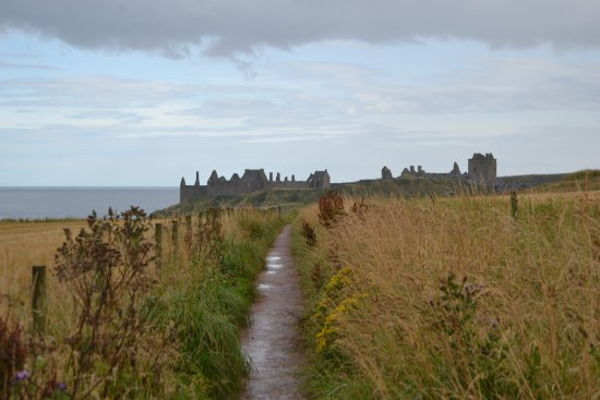 Stonehaven, UK: Trail leading to the castle
