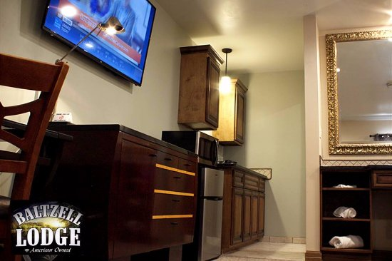 Great Bend, KS: Glass-Top Burners In Kitchen, with Microwave & Fridge