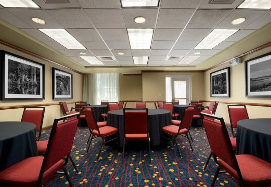 Residence Inn Charleston Airport: Meeting Room – Rounds Setup