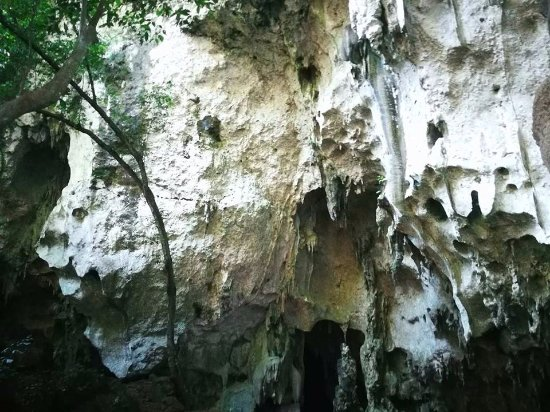 Hindang, Filippinene: The cave's exterior.