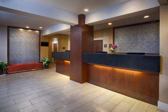 DoubleTree by Hilton Hotel Norwalk: Lobby