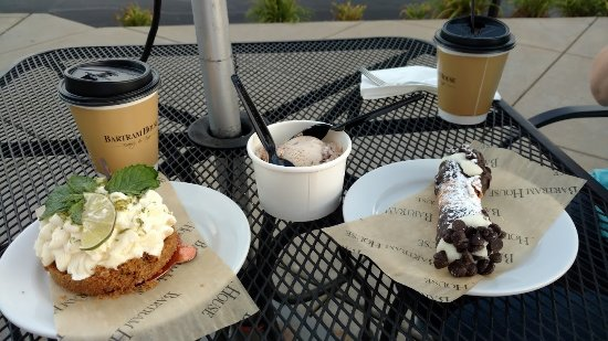 Wexford, PA: Key lime dessert, cannoli and coffees