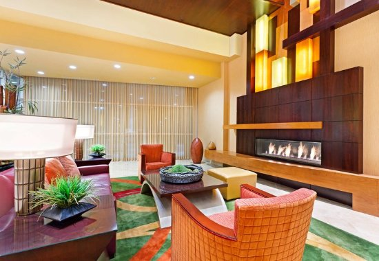 La Vista, NE: Lobby Fireplace