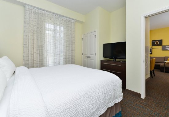 Champaign, IL: One-Bedroom Suite – Sleeping Area