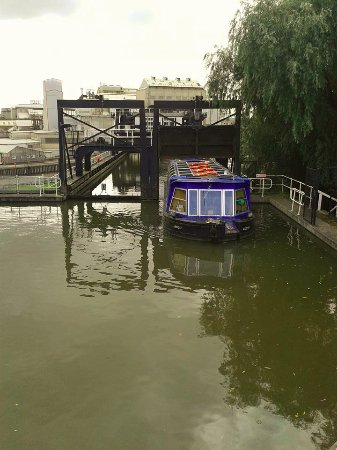 Northwich, UK: Boat coming out of the lift at Anderton.