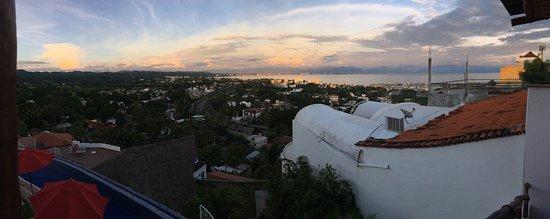 La Cruz de Huanacaxtle, เม็กซิโก: Panoramic sunset view from upper patio