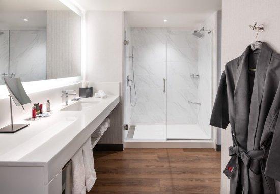 Morgantown, Virginia Occidental: Concierge Guest Bathroom - Shower