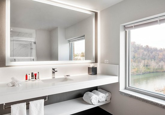 Morgantown, Virginia Occidental: Corner King Guest Bathroom