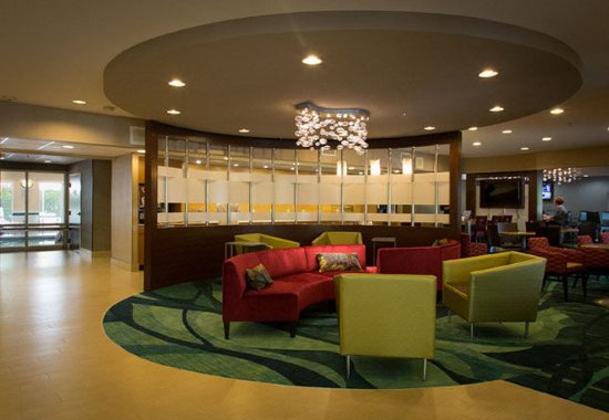 West Warwick, RI: Lobby Sitting Area