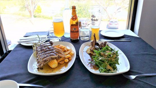 Caboolture, Australia: Yummy food & beer with Lake view