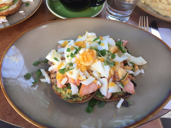เคอริบิลลี, ออสเตรเลีย: Smoked Salmon, Crumbled Boiled Egg and Avocado on Sourdough Toast