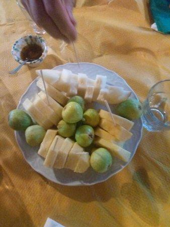 San Marco D'Alunzio, Italia: frutta mista con fichi, ananas