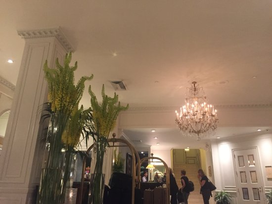 Warwick New York: The lobby is beautiful and comfortable to sit