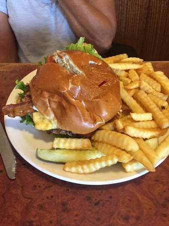 San Marcos, Californië: 1/2 pound Old Reliable with fries
