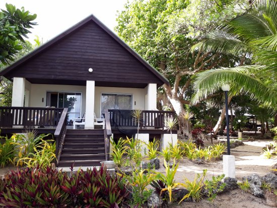 Ha'atafu Beach Resort: beach front adjoining fales