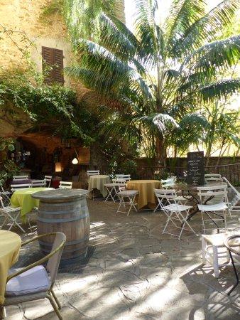 Lou Portaou: la terrasse du restaurant