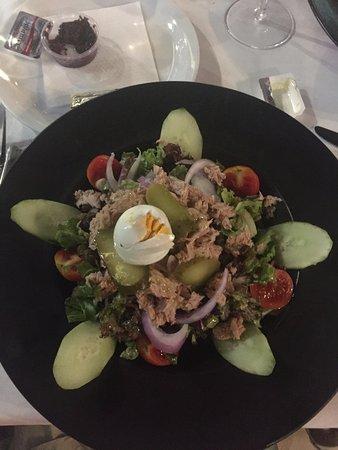 Tasos Taverna: Салат с тунцом