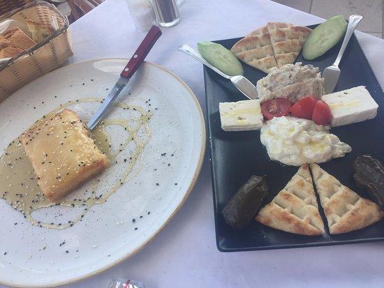 Tasos Taverna: запечена на гриле фета с медом, variety for one