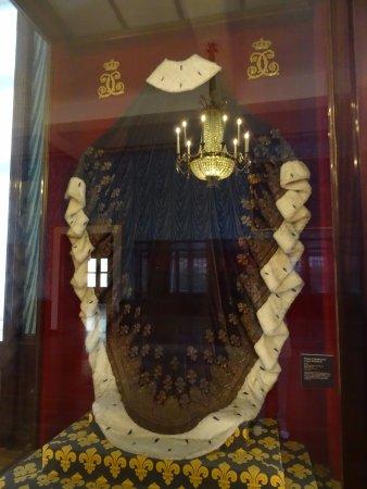 Palais du Tau : Manteau du Dauphin porté au sacre de Charles X