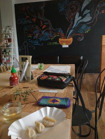 Bormujos, Spagna: Aquí podemos ver los dumplins, el vino en el tarrito y la preciosa cajita dónde los sirven.