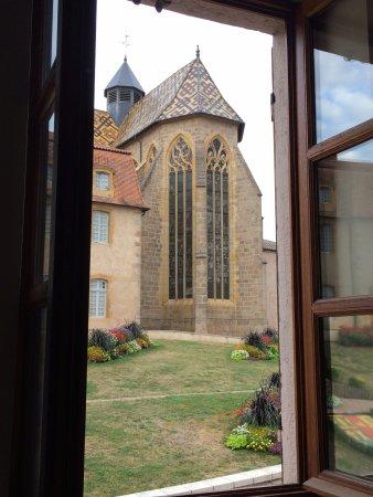 Ambierle, Франция: vue sur le prieuré depuis le studio rose
