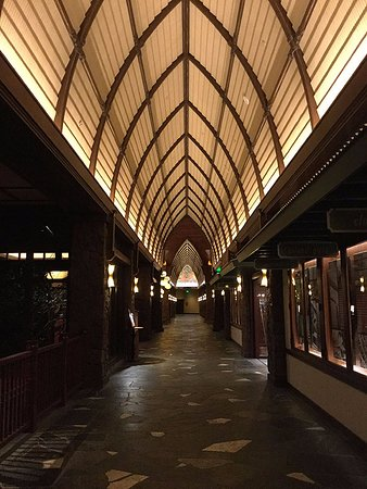 Aulani, a Disney Resort & Spa: 夜のロビー階