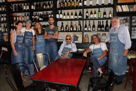 Sassoferrato, Italia: Lo staff de La Bottega di Memory's con lo chef Bruno Barbieri