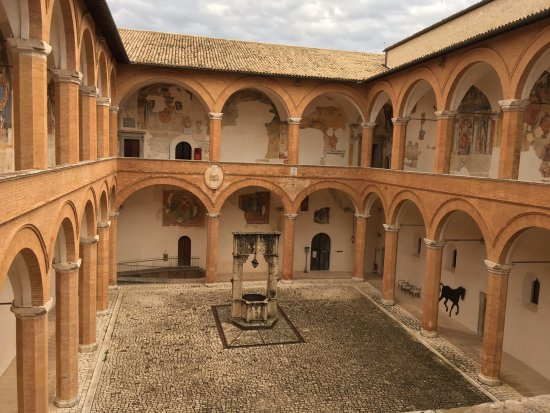 Spoleto, Italia: Binnenplaats La Rocca