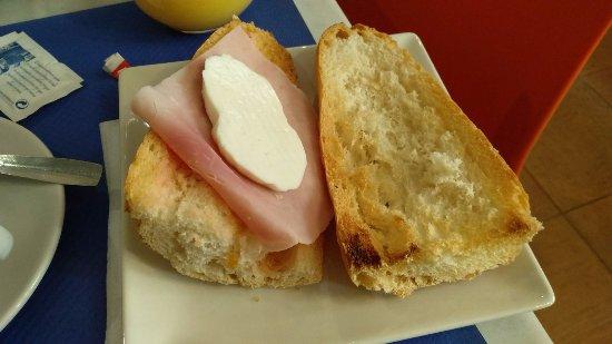 Vilafames, Spain: Desayuno: pan con tomate, jamón cocido y queso