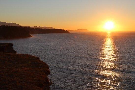 Sea Cliff Gardens Bed & Breakfast: Sun Set Along the Cliffs