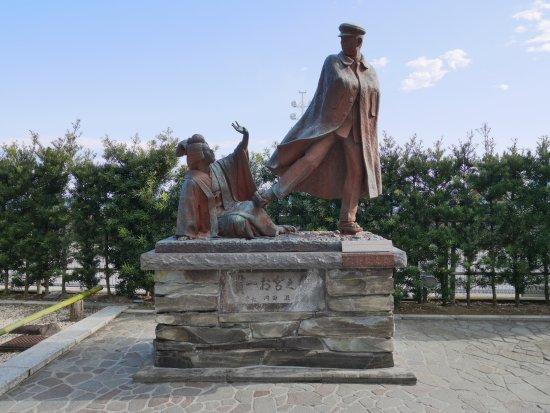 Omiyanomatsu / Statue of Kanichi and Omiya: 結構大きいです