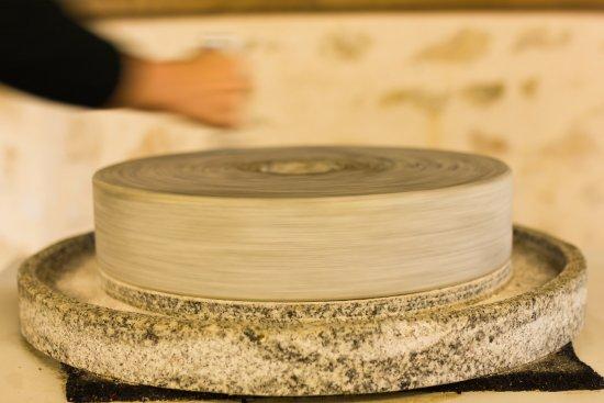 Villeveque, ฝรั่งเศส: Découvrez le processus de production de la farine à l'aide de notre meule à main.