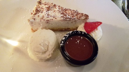 Laragh, Irlanda: Bailey's cheesecake with ice cream and chocolate sauce on the side