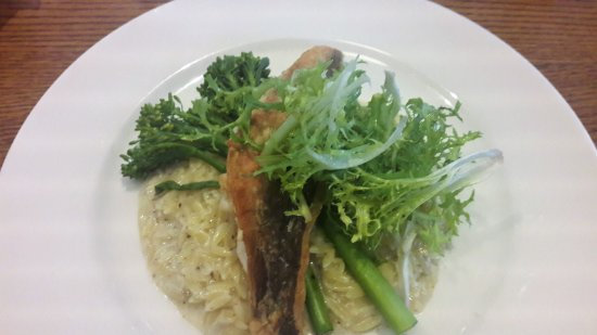 Kastrup, Dinamarca: Fried gurnard with truffle risotto, grilled broccoli and asparagus and frisée salad