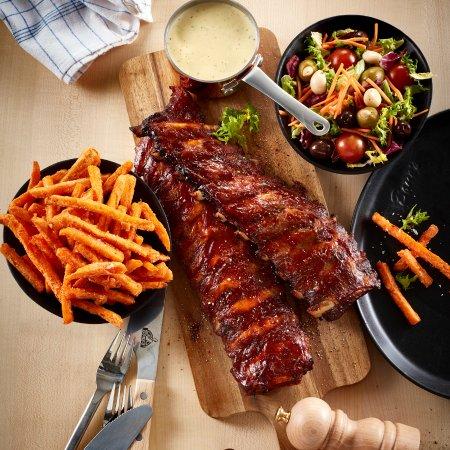 Viborg, Dinamarca: BBQ ribs, sauce, sweet potatoes and salad😋