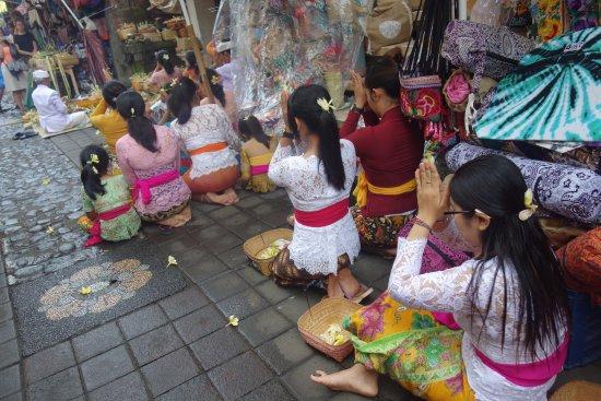 Pasar  Ubud : なぜか突然お祈りが。