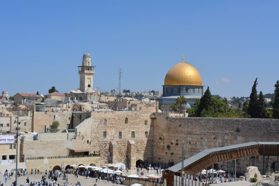 Mur des lamentations : view of western wall and dome of the rock