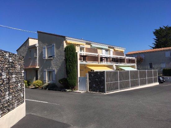 Hotel Residence Les Flots : parking intérieur  et bâtiment