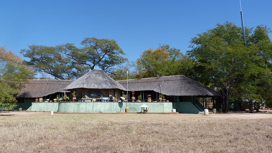 Parque Nacional de Hwange, Zimbabue: View of the lodge from the front, from the waterholes.