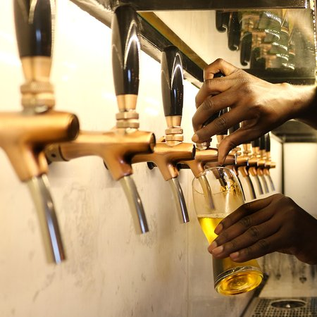 Bellville, แอฟริกาใต้: Craft Beer taps at the Alpha Beer Hall.