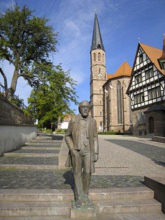 """Heilbad Heiligenstadt, Niemcy: Unmittelbar vor dem Literaturmuseum: """"Theodor Storm auf seinem Heimweg"""""""