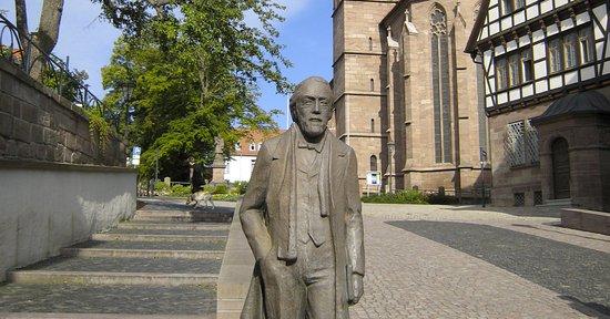 """Heilbad Heiligenstadt, Niemcy: Überlebensgroße Bronzestatue """"Theodor Storm"""" von Bildhauer Werner Löwe"""