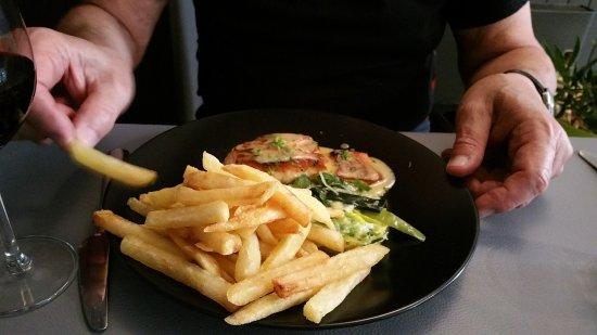 La Buissonniere : Pavé de saumon, beurre d'agrumes (salmon served with a citrus sauce made with orange and lemon)