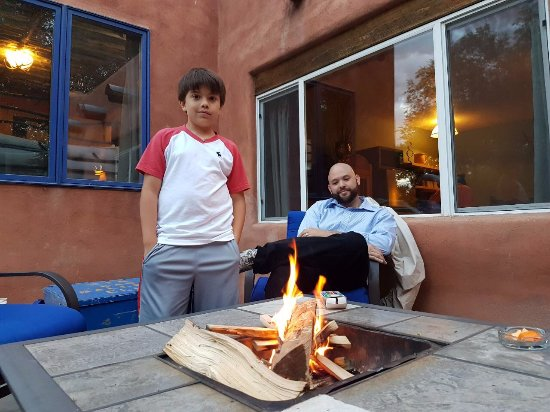 Ranchos De Taos, Нью-Мексико: Fire pit outside room Casa Blanca.