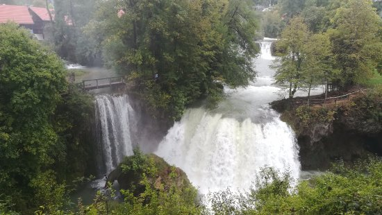 Slunj, Kroatien: Een van de vele watervallen rond het dorpje.