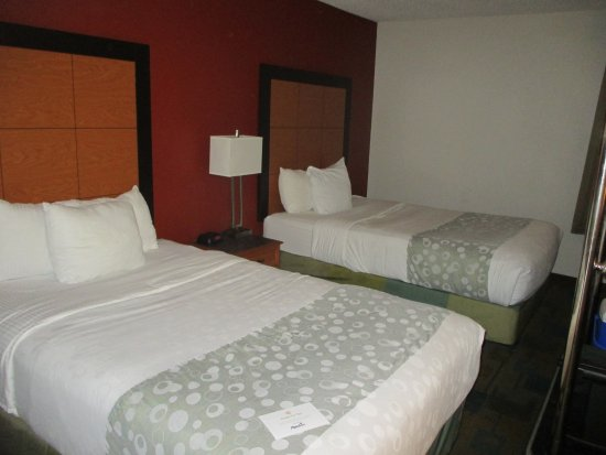 La Quinta Inn Birmingham / Cahaba Park South: Stains on bed cover and carpet felt damp